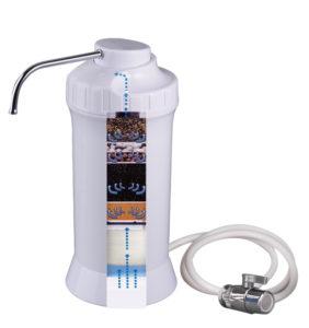 flasche die wasser aus fluss filtert